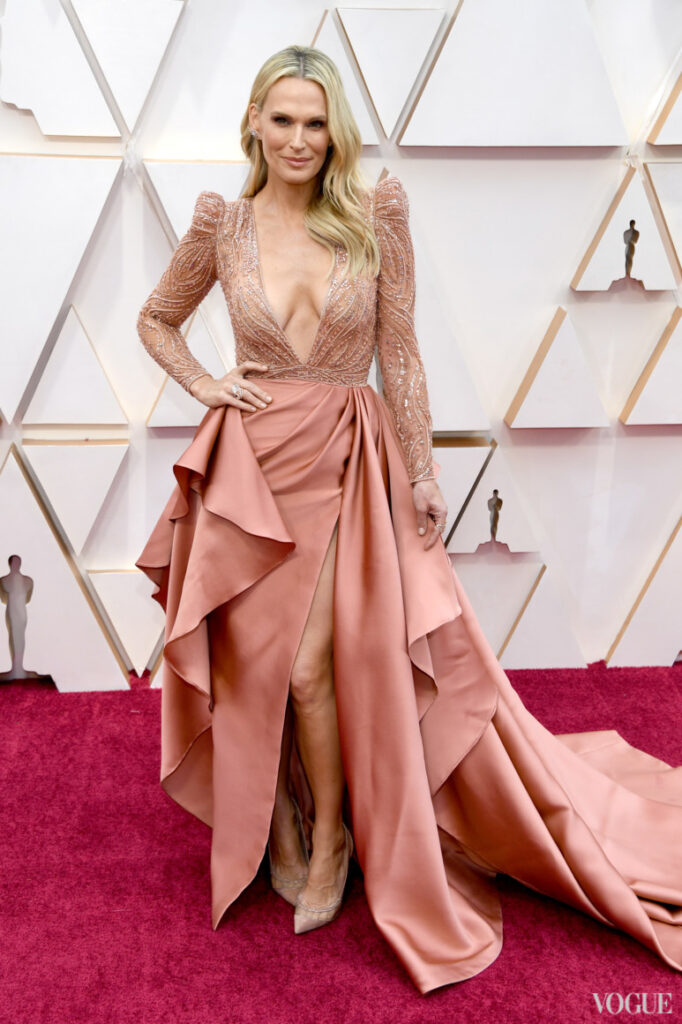 Молли Симмс в кружевном платье